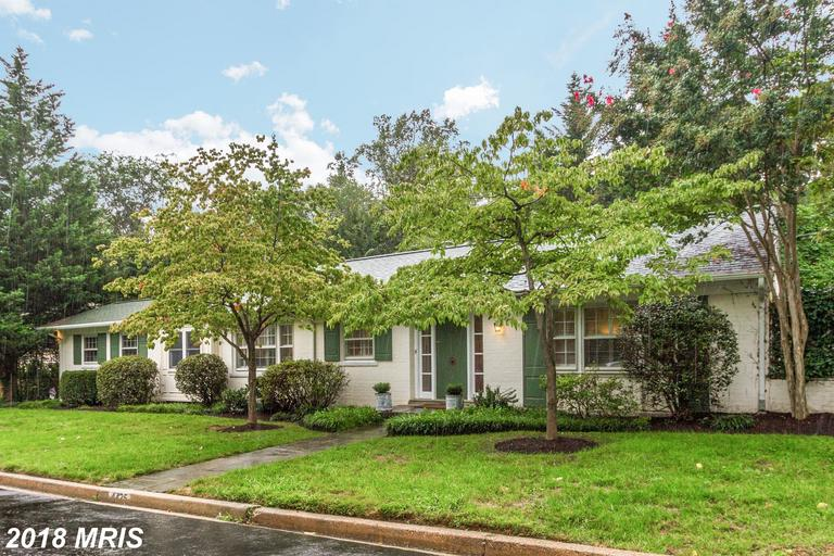 FIRST OPEN SAT 9/22 2-4 SUN 9/23 1-4 Charming California-style living in AU Park! Fantastic updated