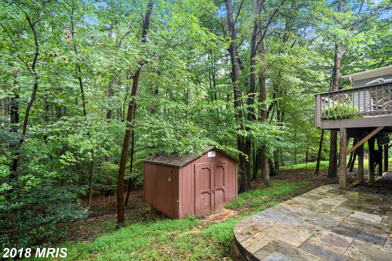 COLONIAL W/COZY COUNTRY PORCH IN THE HEART OF LAKE RIDGE*SIT. ON PRIV. LOT BACKS TO TREES*UPDATE/UPG