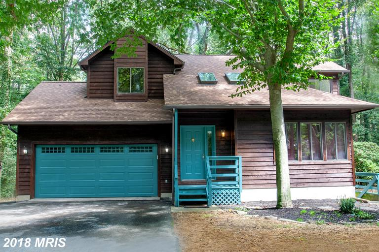 Contemporary home in beautiful Valentine Creek community. Cozy wood burning fireplace insert just in