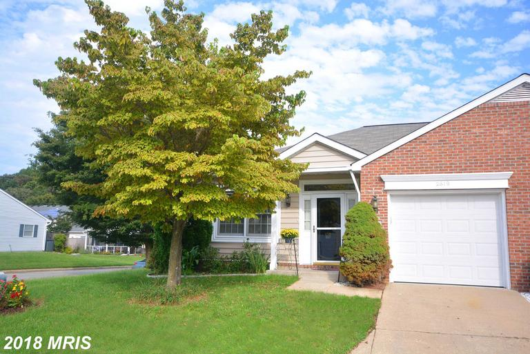 Heritage Harbour - Rare end unit rancher rowhouse.  Spacious Living/Dining room, kitchen /family roo